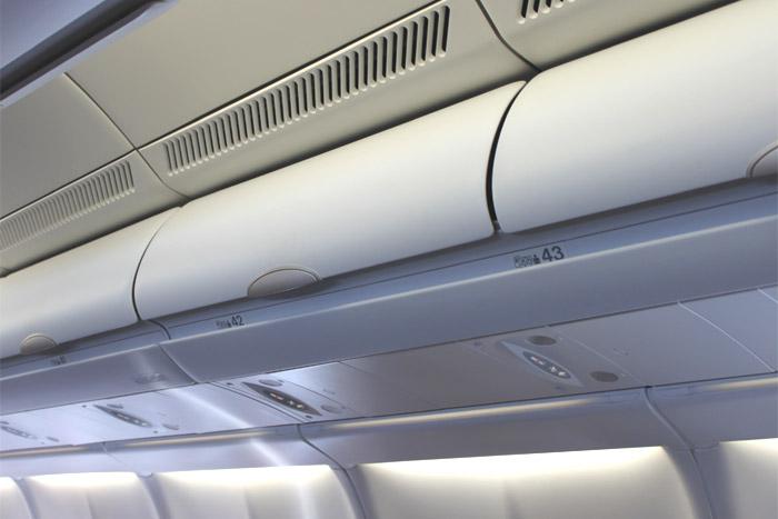 Багажная полка самолета Airbus A330-300