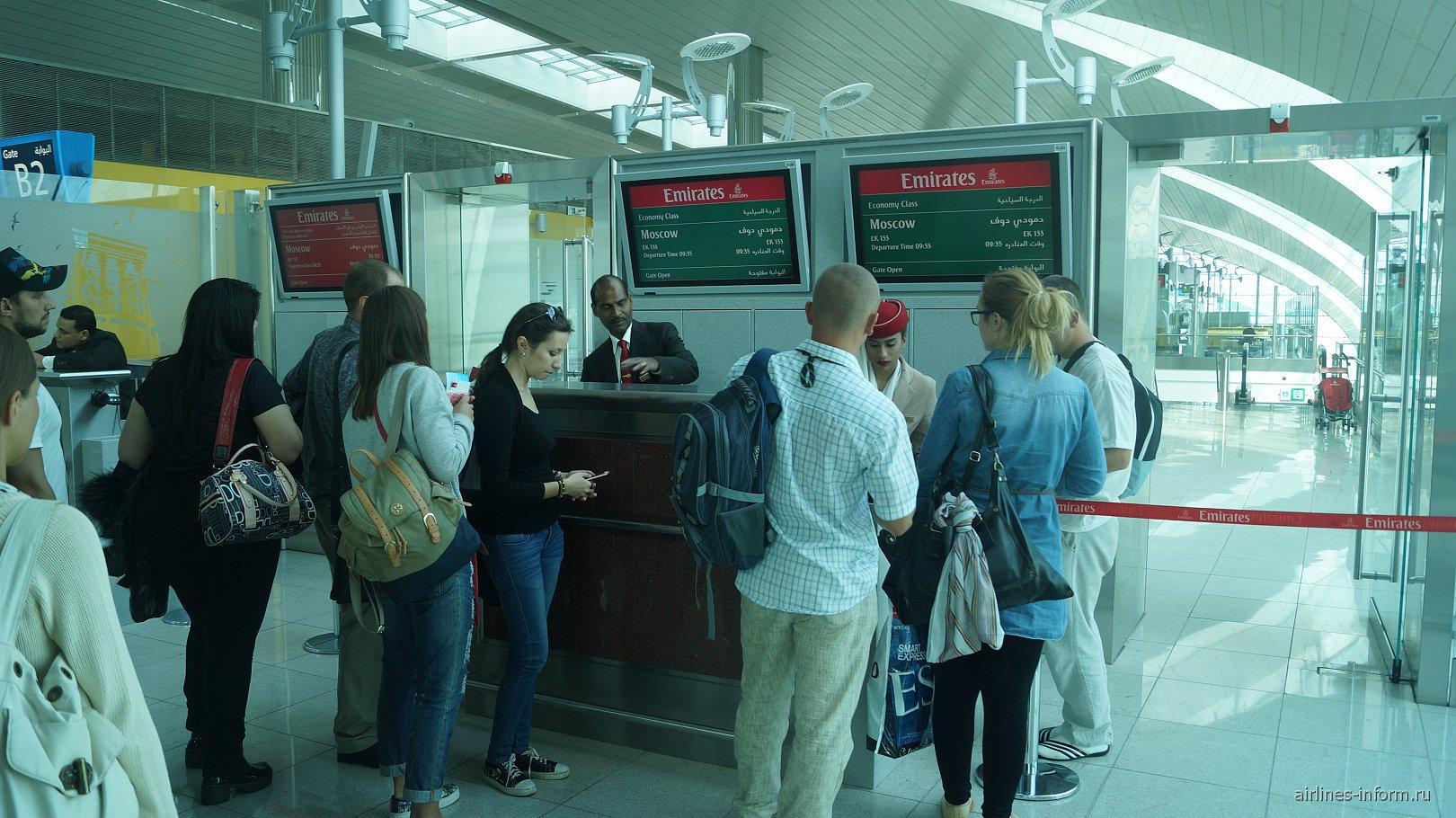 Посадка на рейс авиакомпании Emirates в аэропорту Дубай