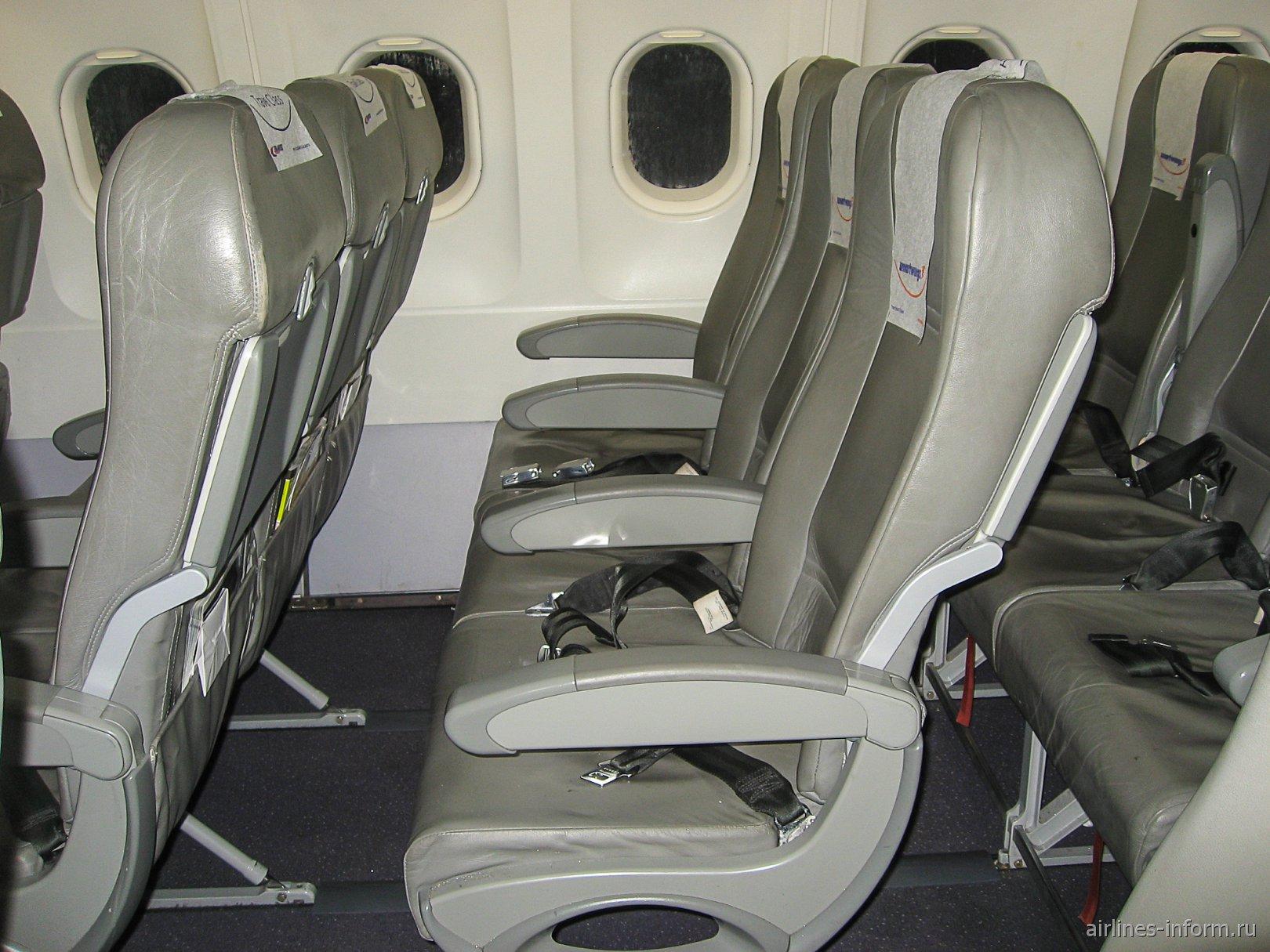 Пассажирские кресла в самолете Airbus A320 авиакомпании Nouvelair
