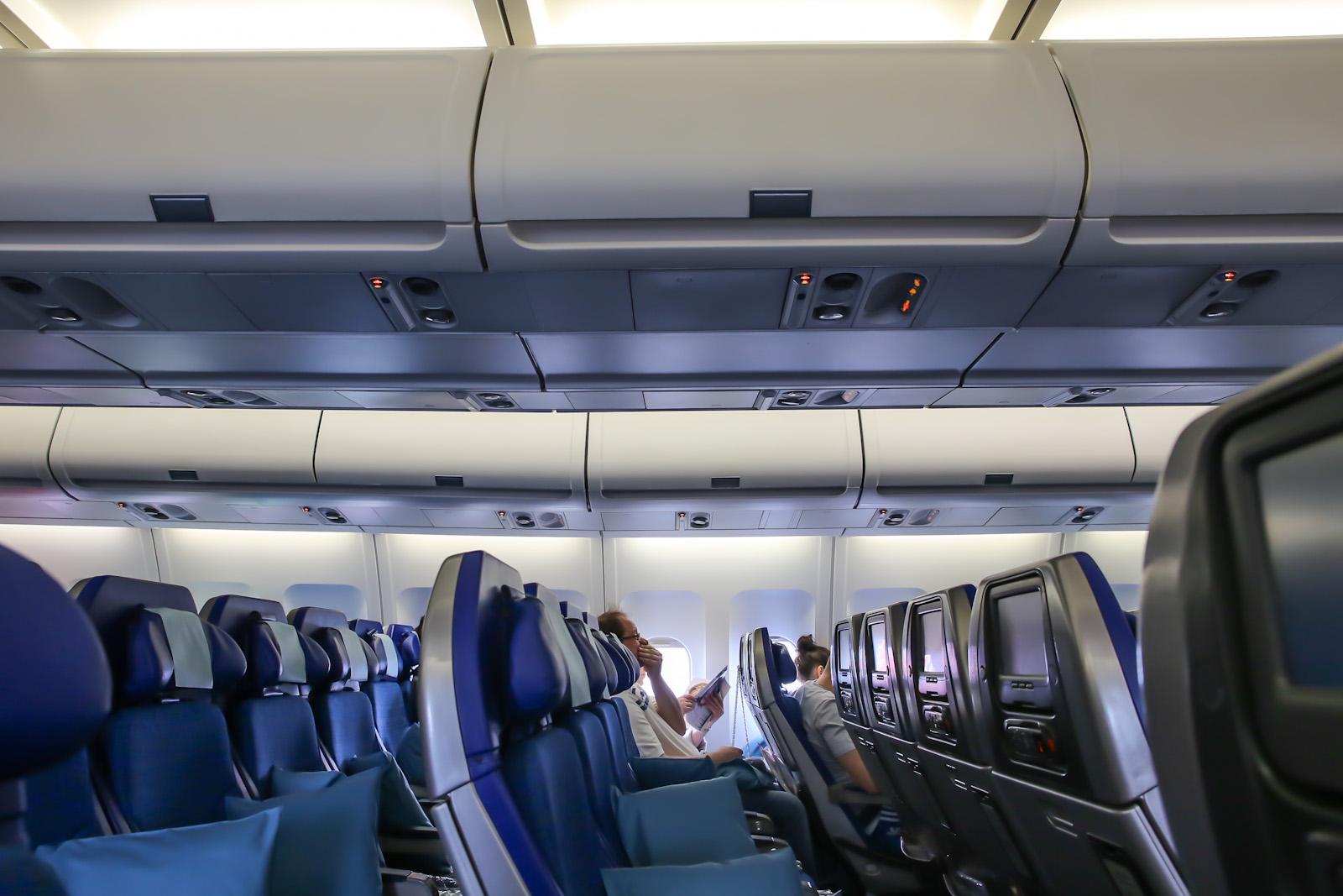 Салон экономического класса в самолете Airbus A340-300 авиакомпании Cathay Pacific