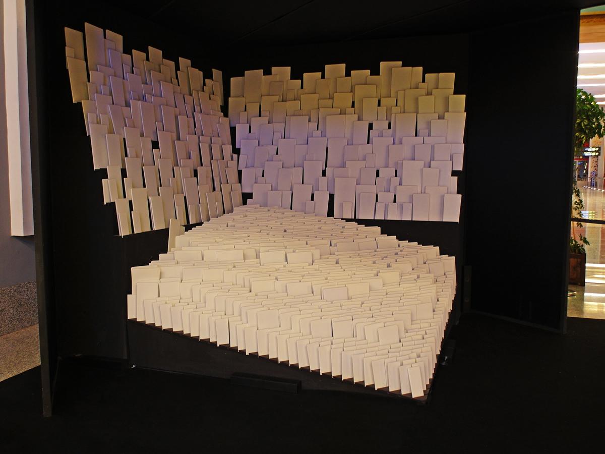 Инсталляция в аэропорту Фес-Саи