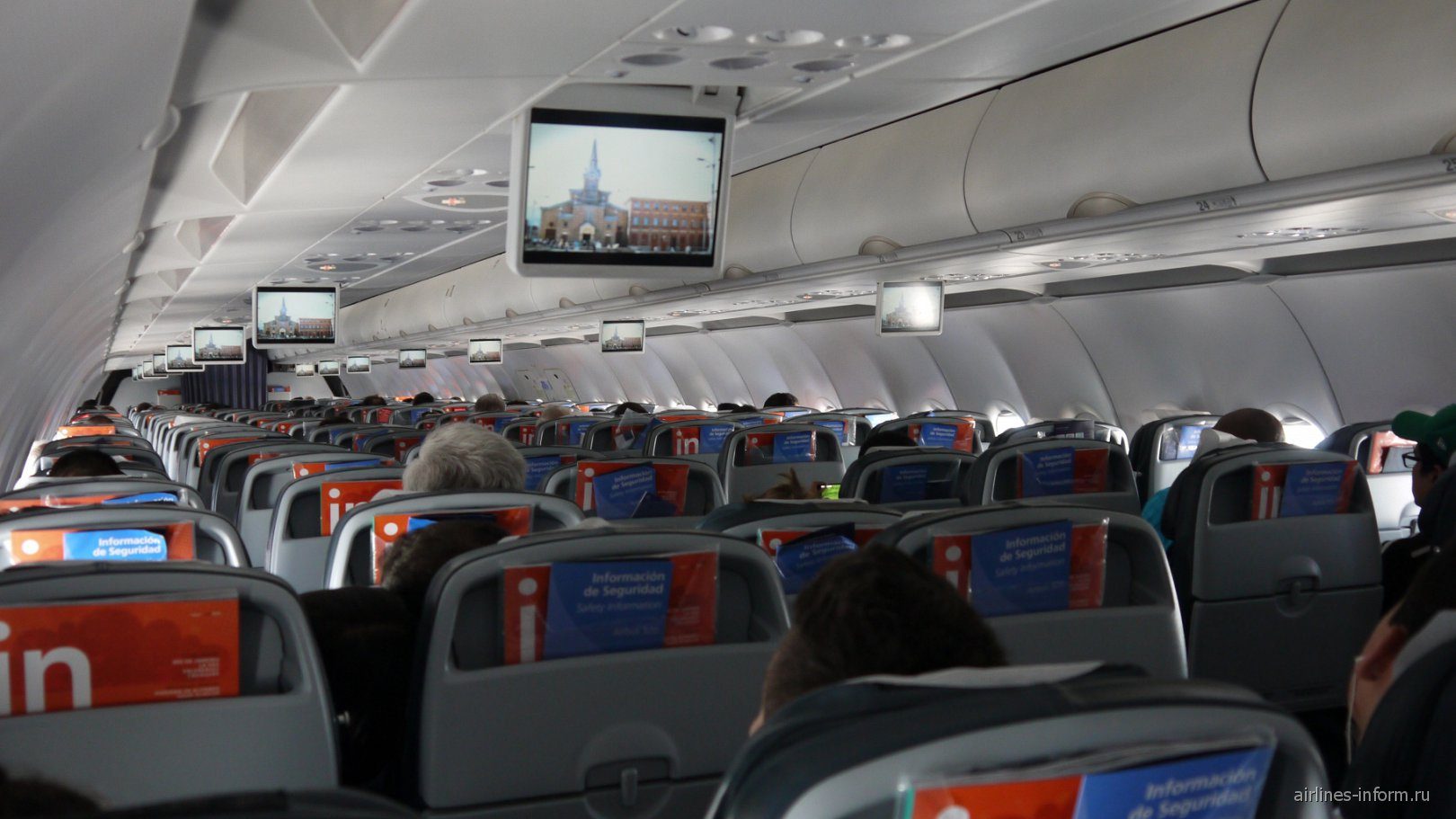 Салон самолета Airbus A320 авиакомпании LAN Colombia