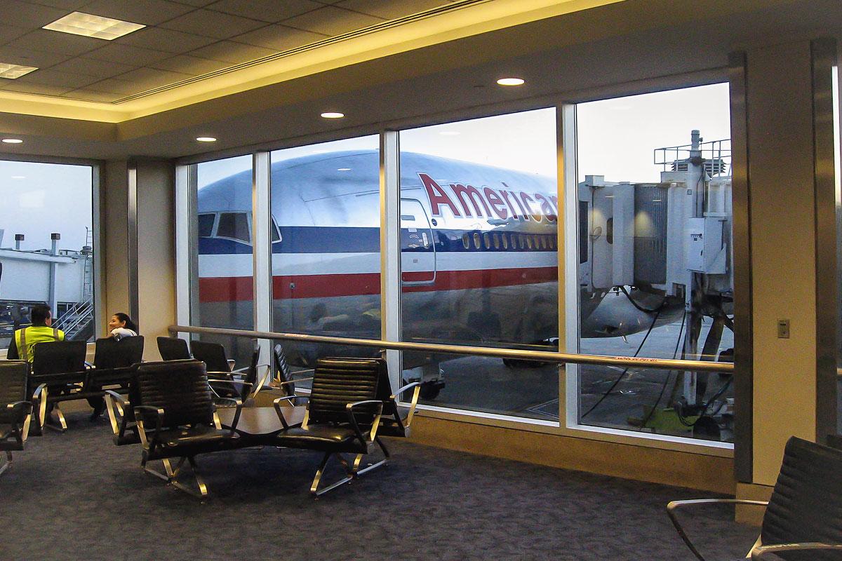 Зал ожидания в терминале 4 аэропорта Лос-Анджелес