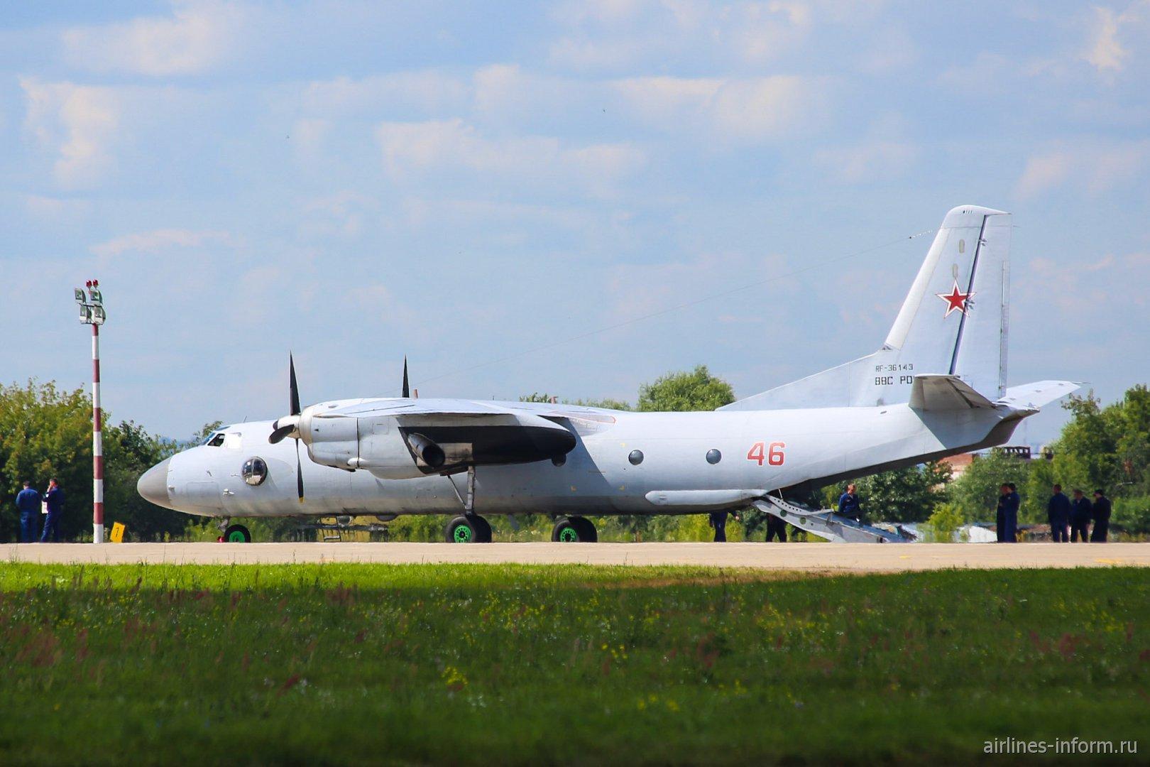Самолет Ан-26 ВВС России в аэропорту Жуковский