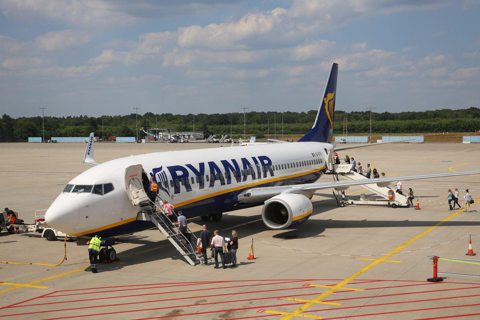 Посадка в самолет Боинг-737-800 Ryanair в аэропорту Кёльн/Бонн