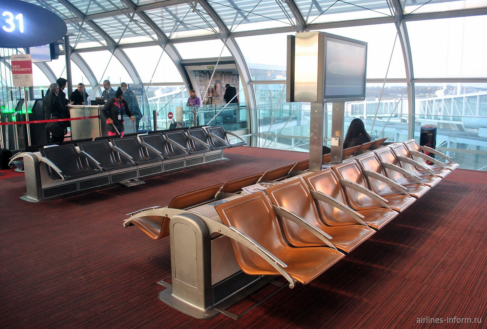 Места для ожидания посадки в конкорсе F терминала 2 аэропорта Париж Шарль-де-Голль