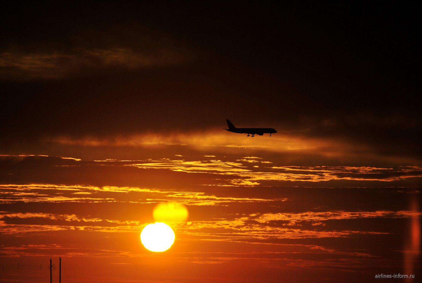 Боинг-757-200 ВИМ-авиа на закате в аэропорту Симферополь