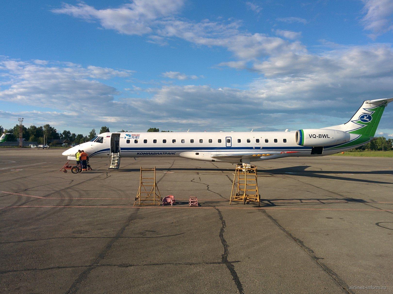 "Самолет Embraer ERJ-145 авиакомпании ""Комиавиатранс"" в аэропорту Сыктывкар"