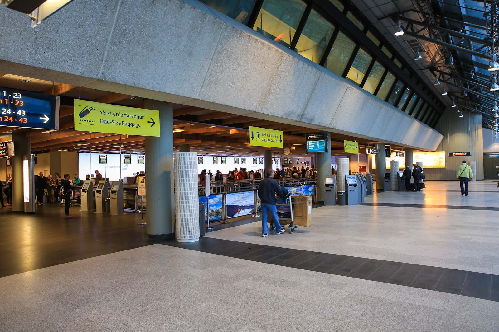 Зал регистрации на рейсы в аэропорту Рейкьявик Кефлавик
