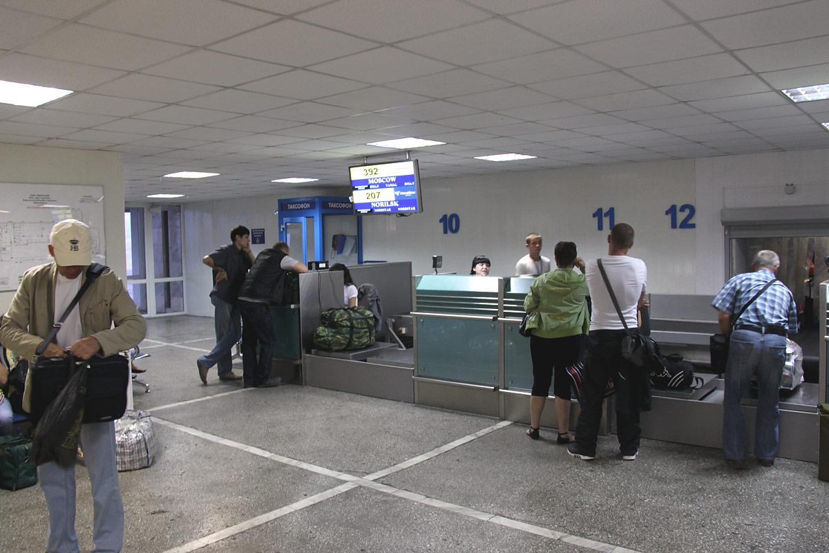 Стойки регистрации в аэропорту Емельяново