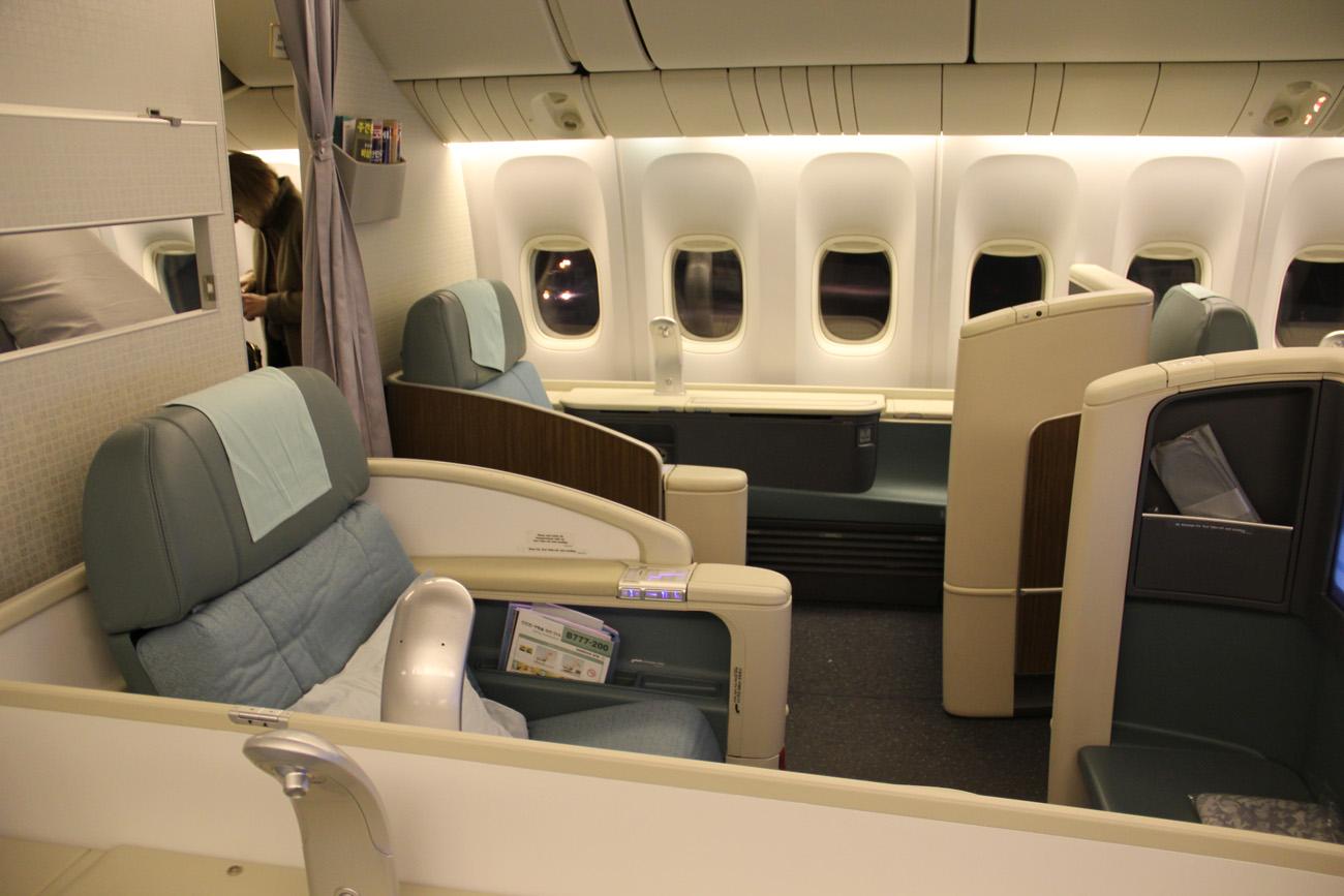 Салон Первого класса в самолете Боинг-777-200 авиакомпании Korean Air