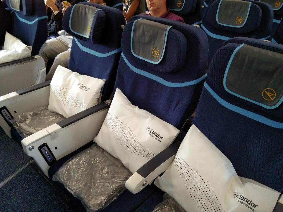 Кресла премиального эконом-класса в Боинге-767-300 авиакомпании Condor