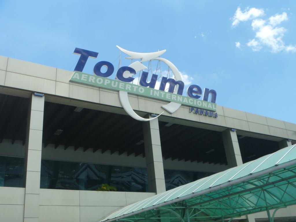 Вывеска на терминале 1 аэропорта Панама Токумен