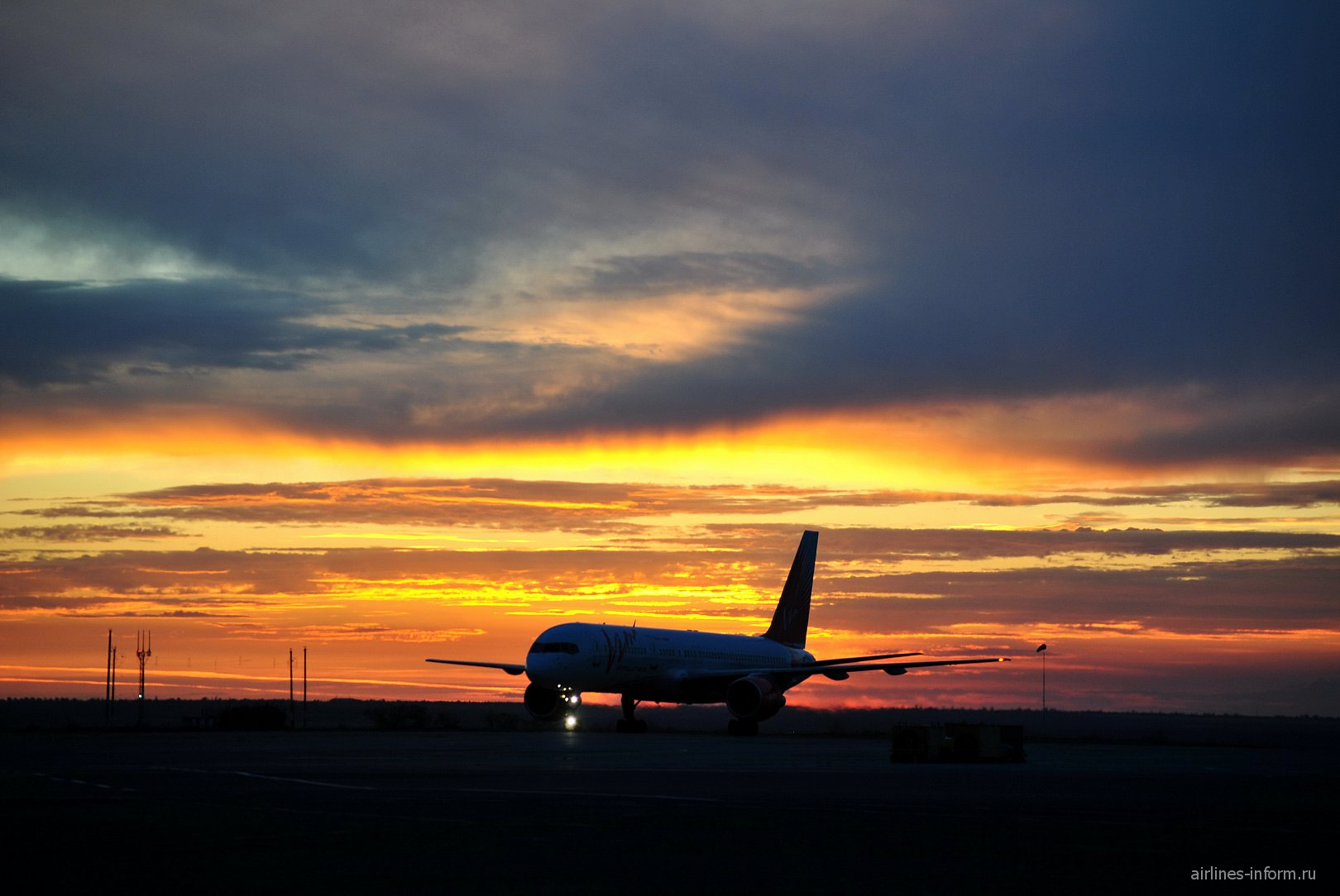 Самолет Боинг-757-200 ВИМ-авиа в аэропорту Симферополь
