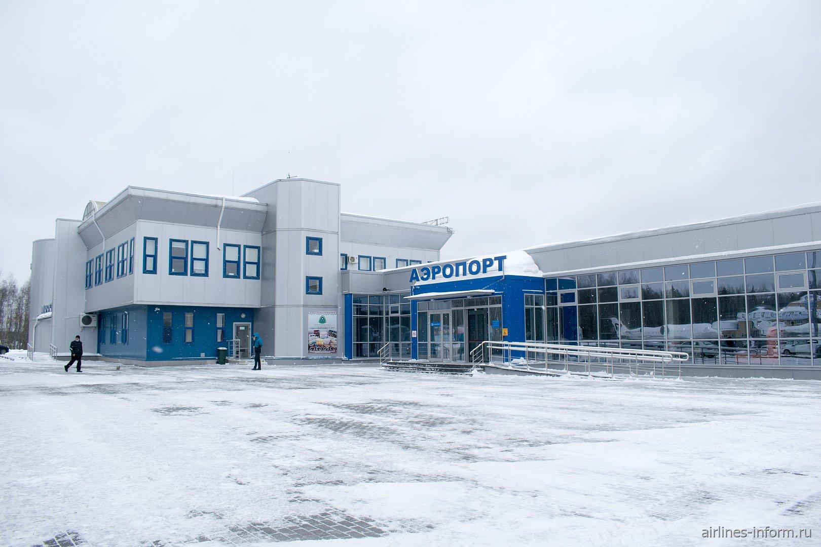 Вход в аэровокзал аэропорта Череповец