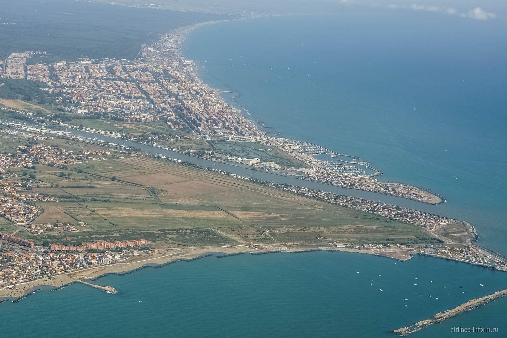 Устье реки Тибр сразу после взлета из аэропорта Рим Фьюмичино