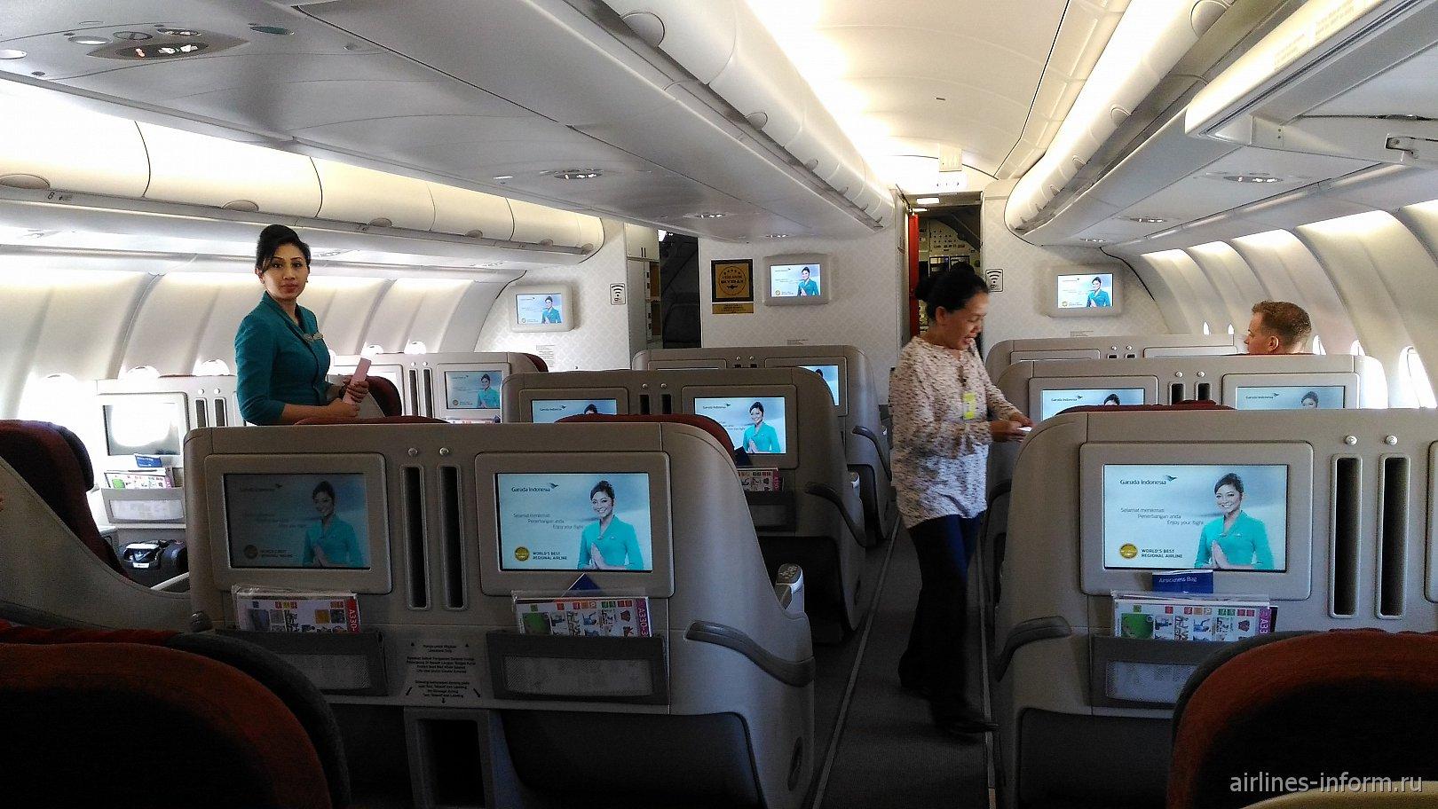 Салон бизнес-класса в Airbus A330-300 авиакомпании Garuda Indonesia