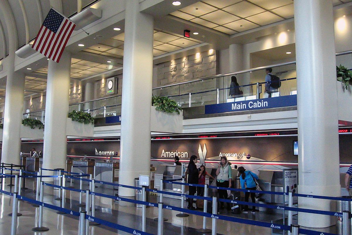 Стойки регистрации American Airlines в Терминале 4 аэропорта Лос-Анджелес