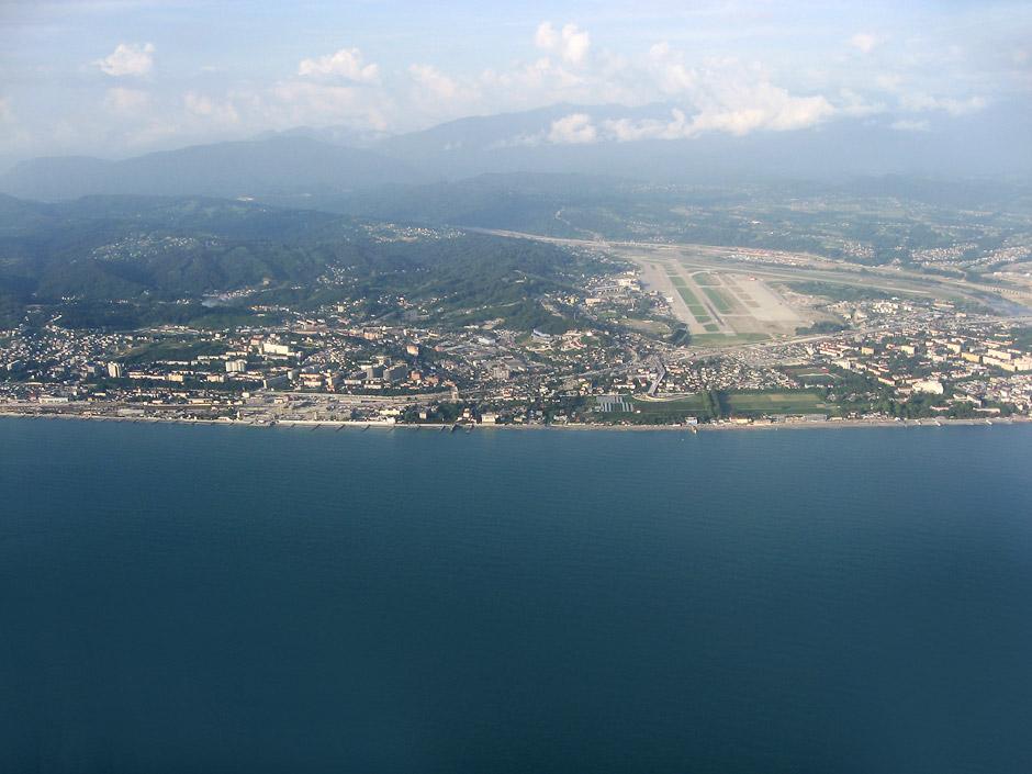 Вид из самолета на Адлер и аэропорт Сочи