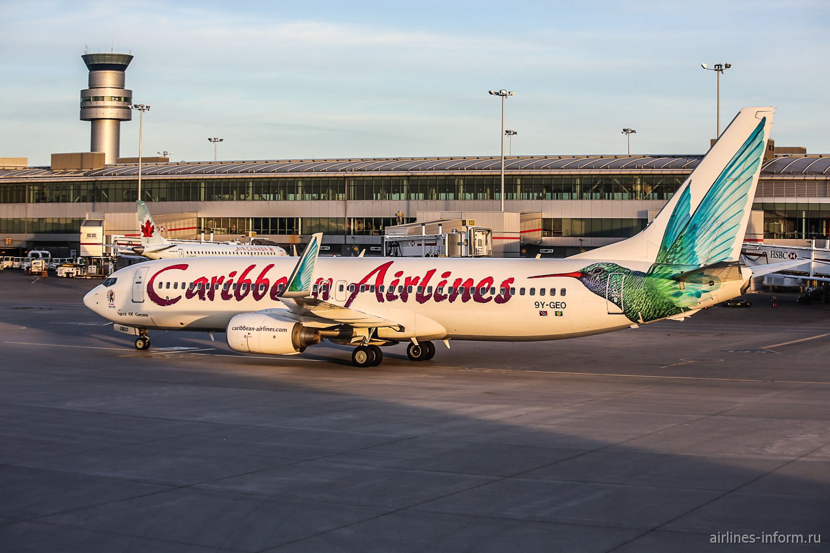 Боинг-737-800 9Y-GEO авиакомпании Caribbean Airlines в аэропорту Торонто Пирсон