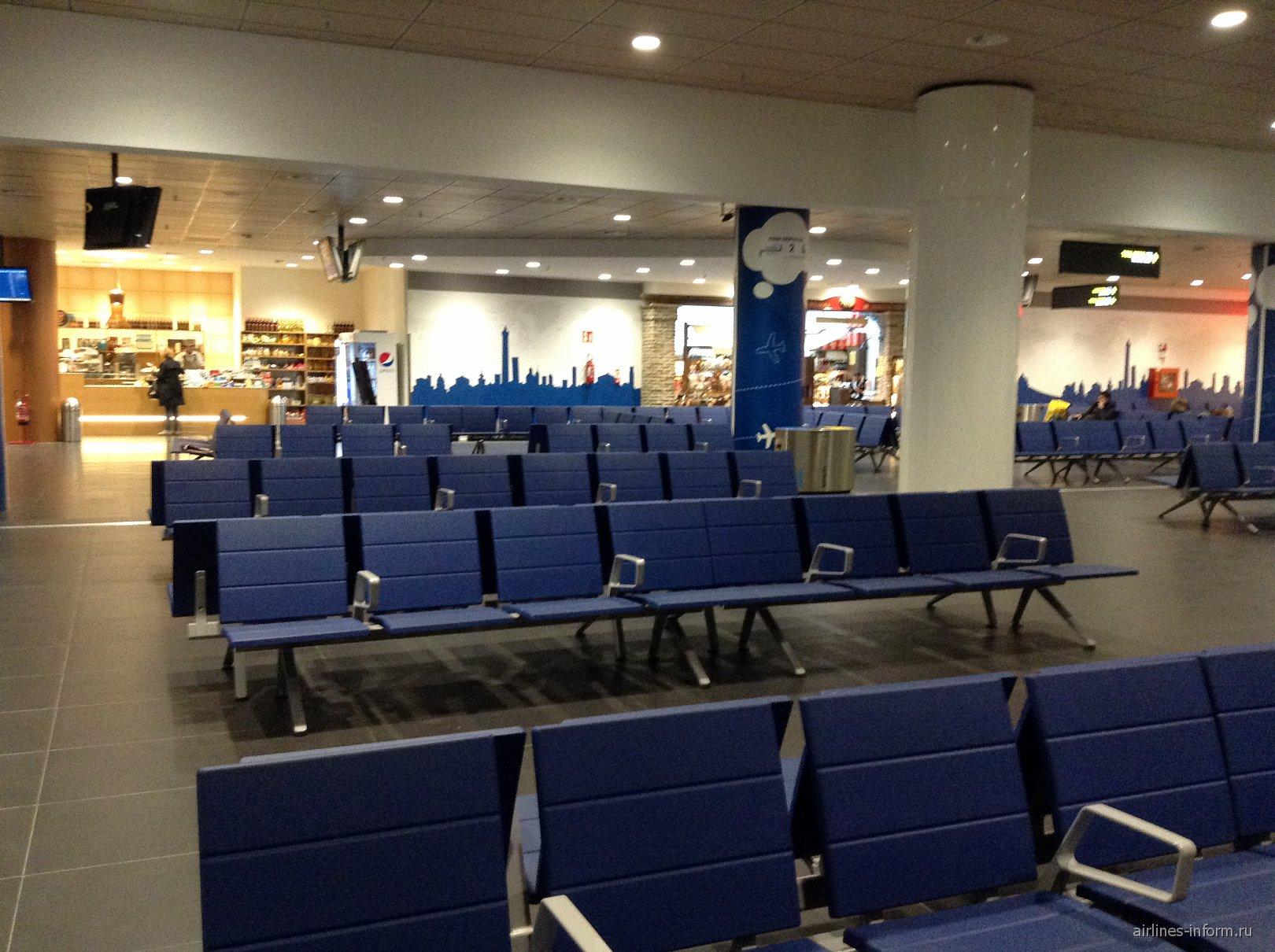 Зал ожидания в чистой зоне аэропорта Болонья Гульельмо Маркони