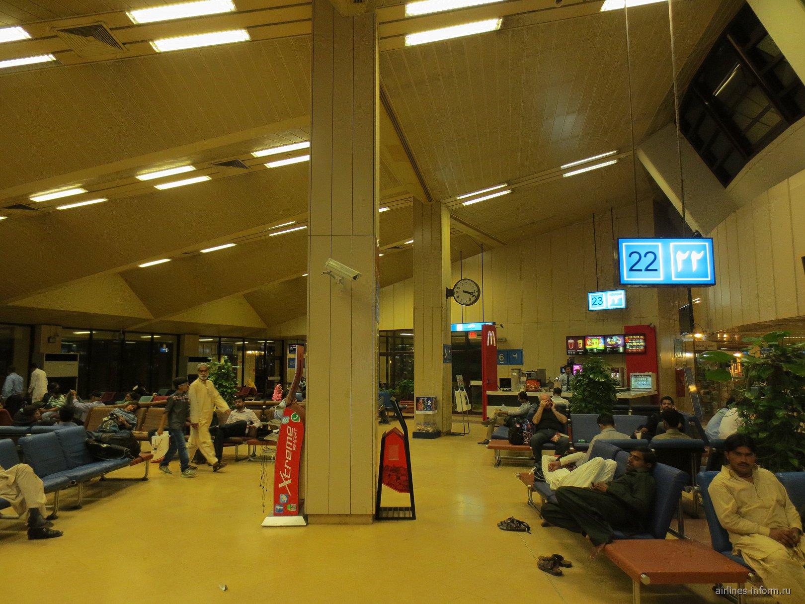 Зал ожидания в аэропорту Карачи