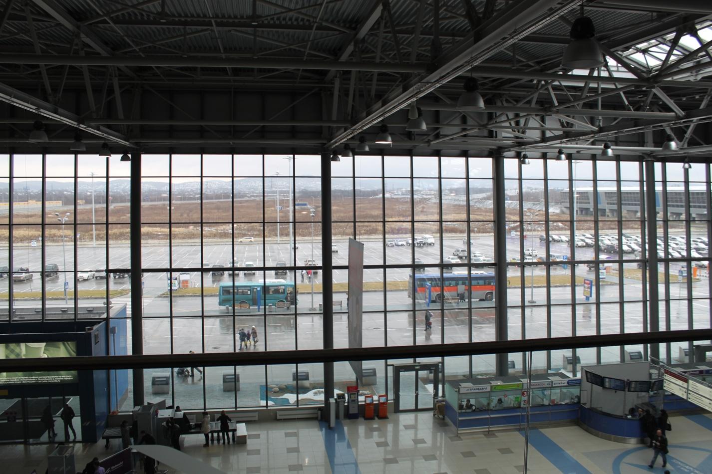 Первый этаж и привокзальная площадь аэропорта Владивосток