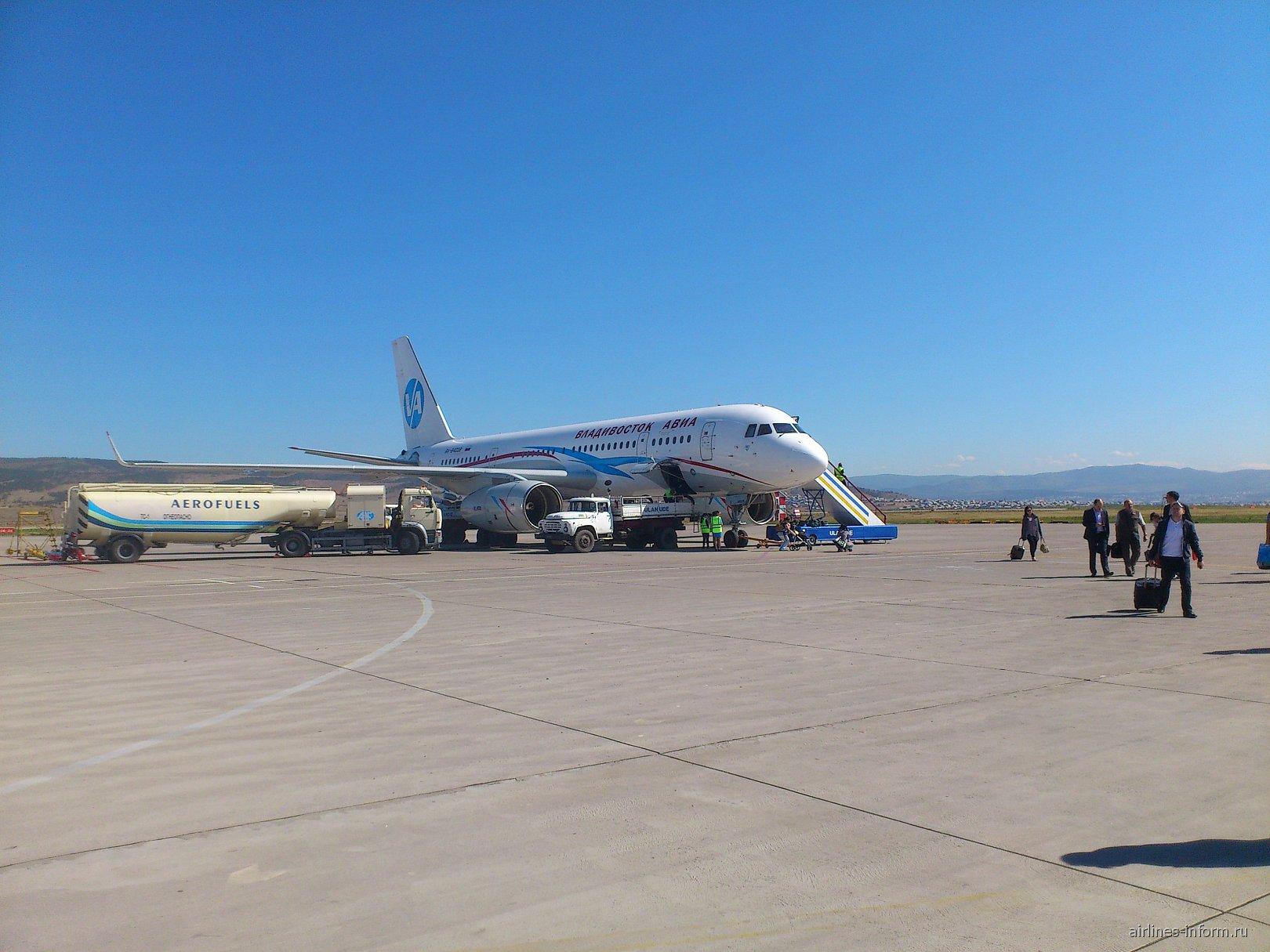 Самолет Ту-204-300 авиакомпании Владивосток Авиа в Улан-Удэ