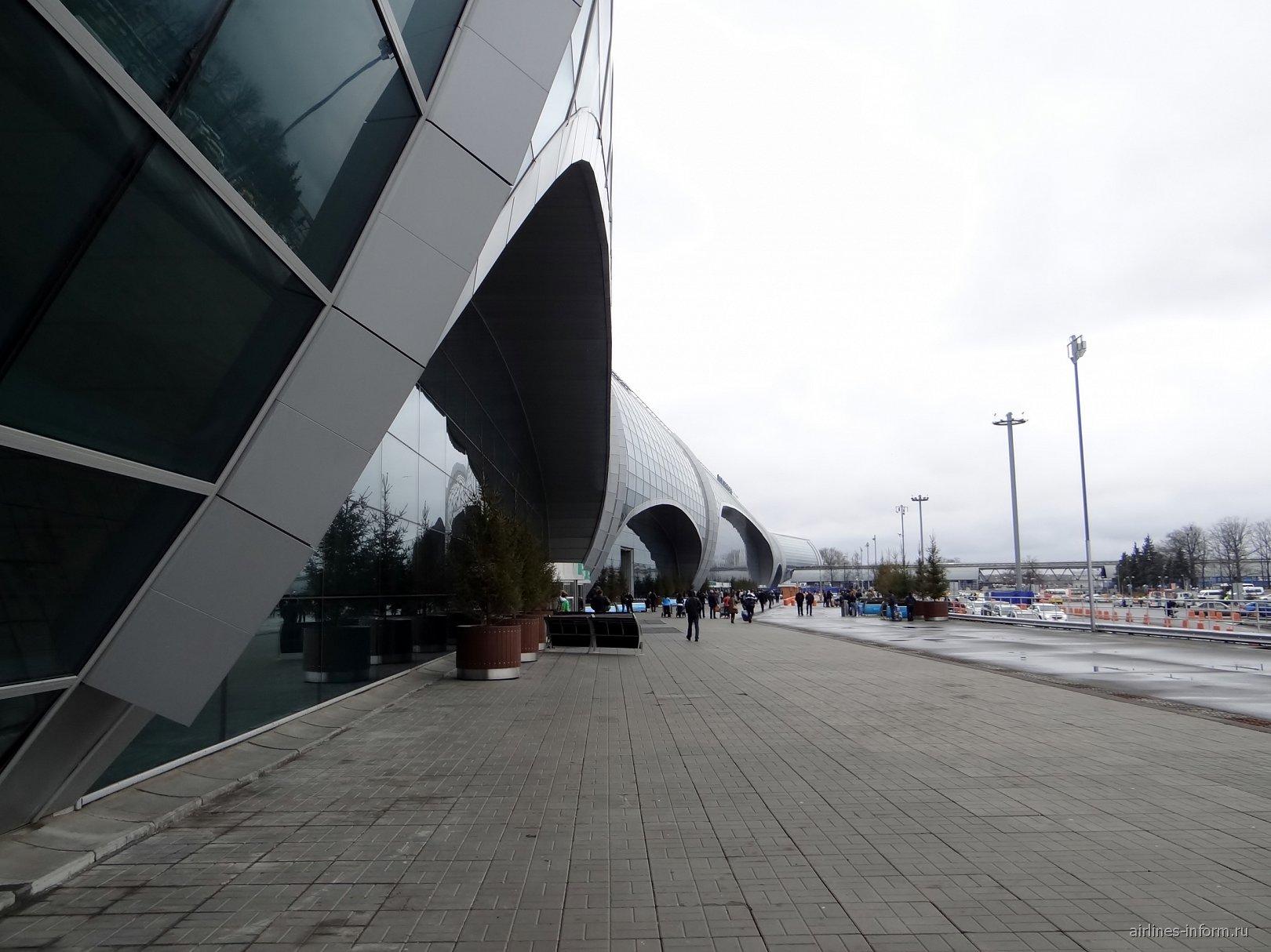 Пассажирский терминал и привокзальная площадь аэропорта Домодедово
