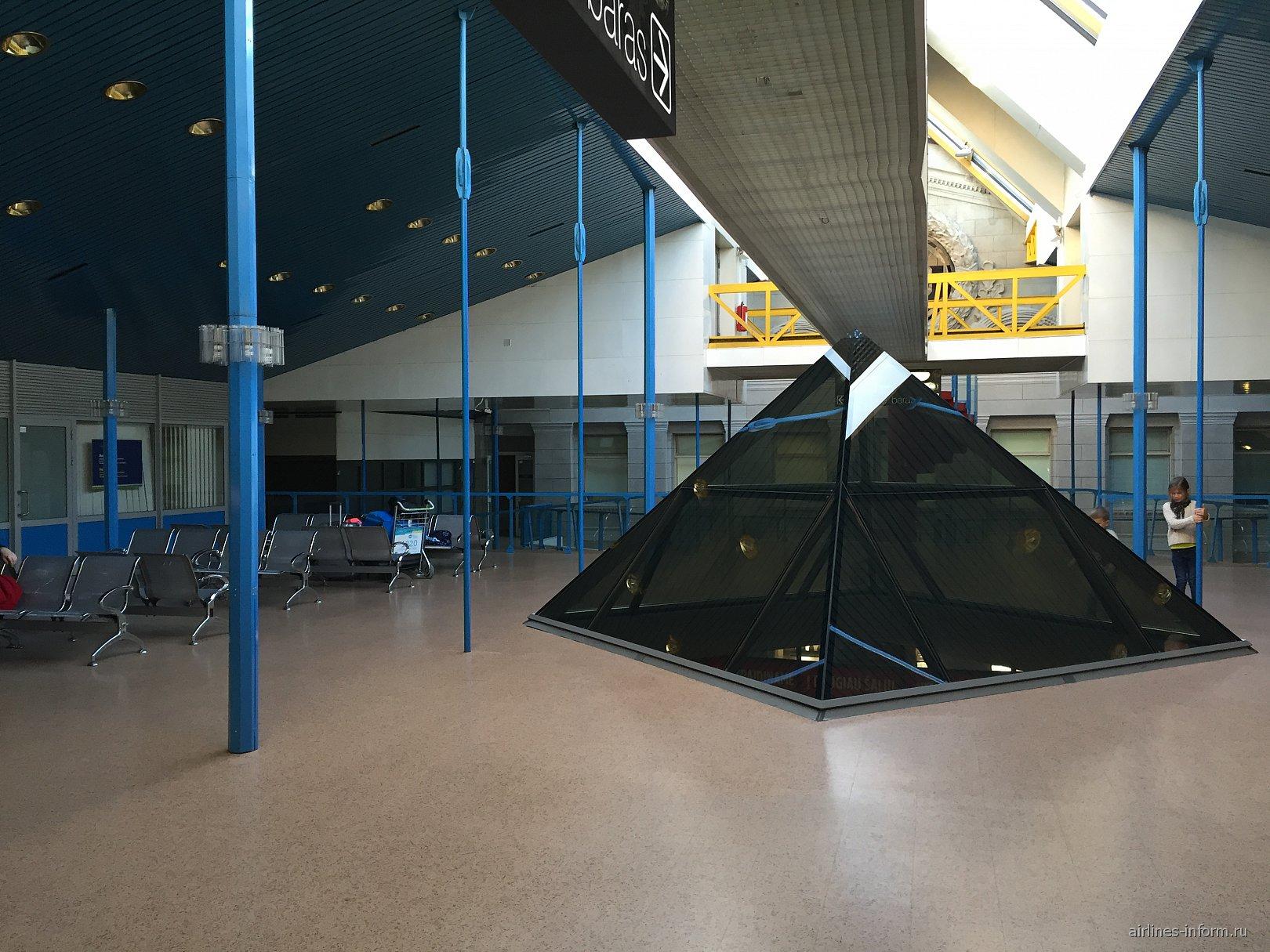 Зал ожидания на 2-м этаже аэропорта Вильнюс