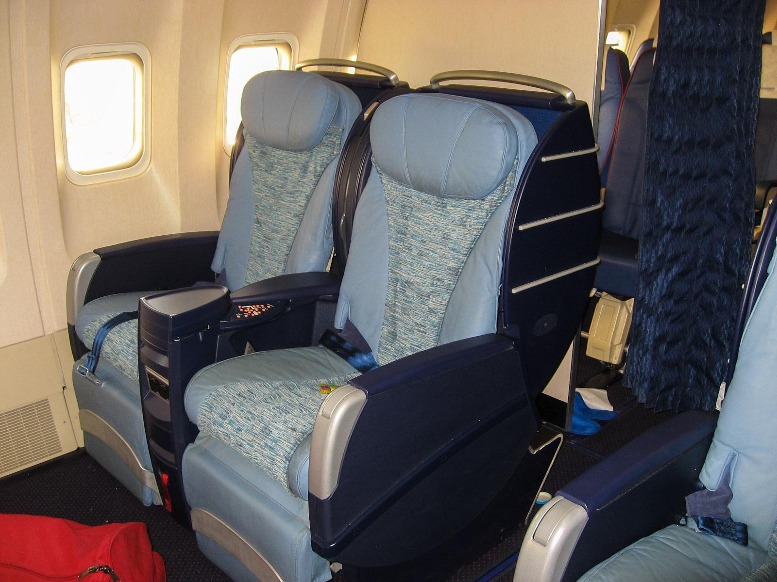 Кресла бизнес-класса в самолете Боинг-767-300 Трансаэро