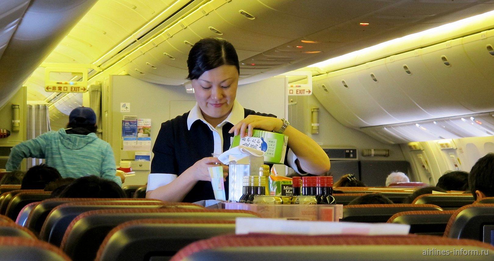 Бортпроводница Японских авиалиний за работой
