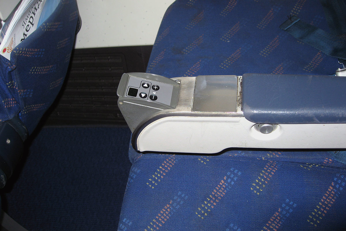 Салон экономического класса самолета Боинг-737-400 авиакомпании Ямал