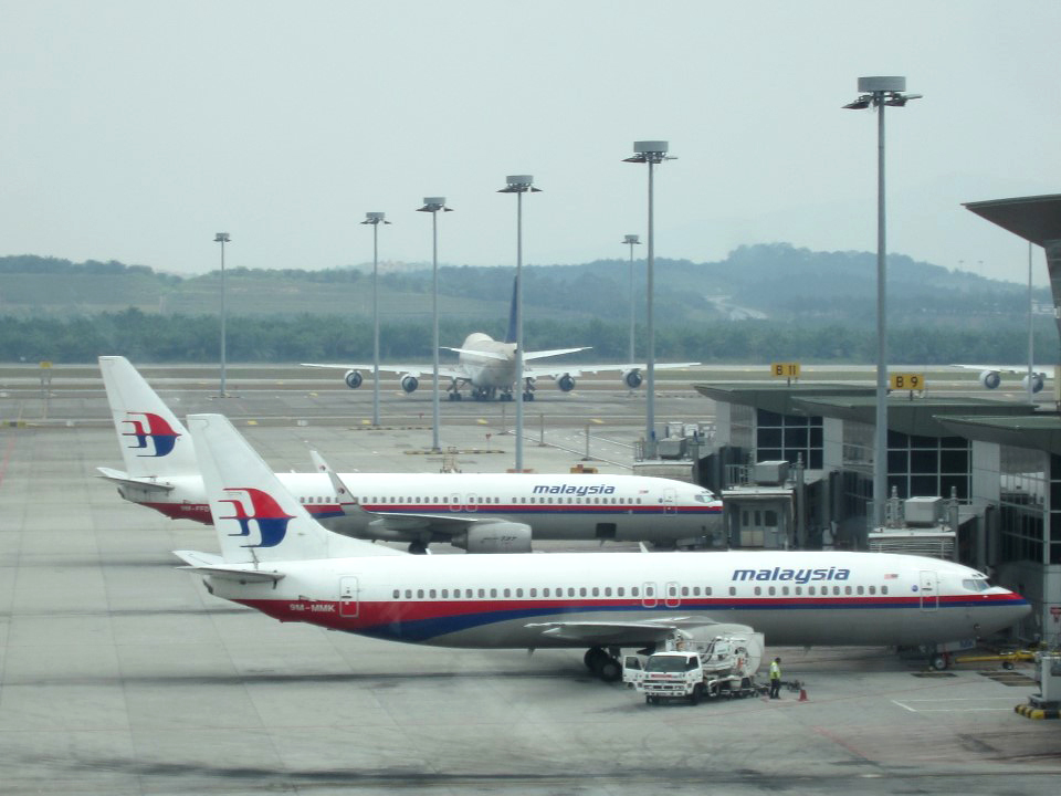 Самолеты Malaysia Airlines в аэропорту Куала-Лумпур. На переднем плане - Боинг-737-400.