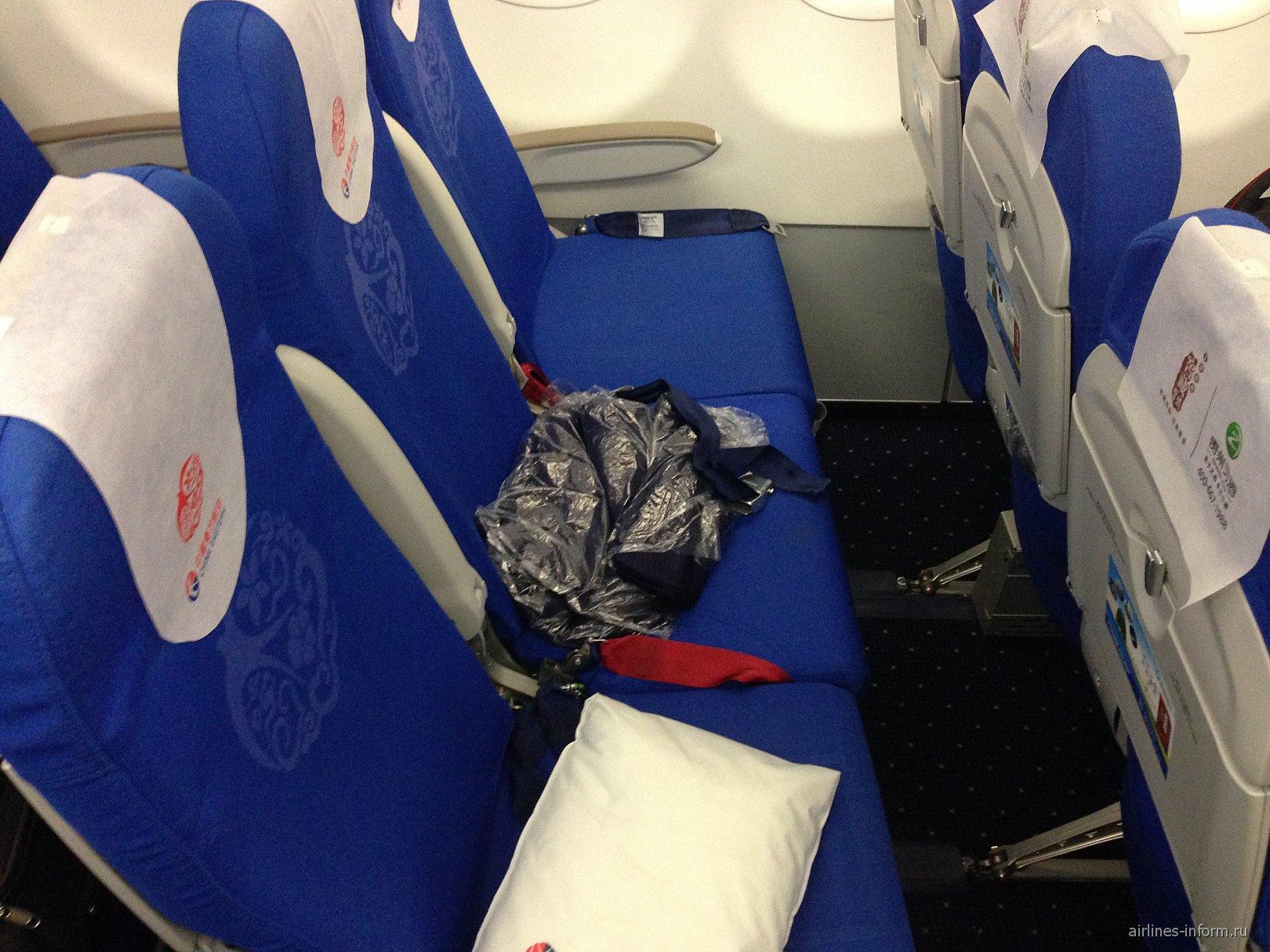 Кресла эконом-класса в самолете Airbus A320 авиакомпании China Eastern Airlines