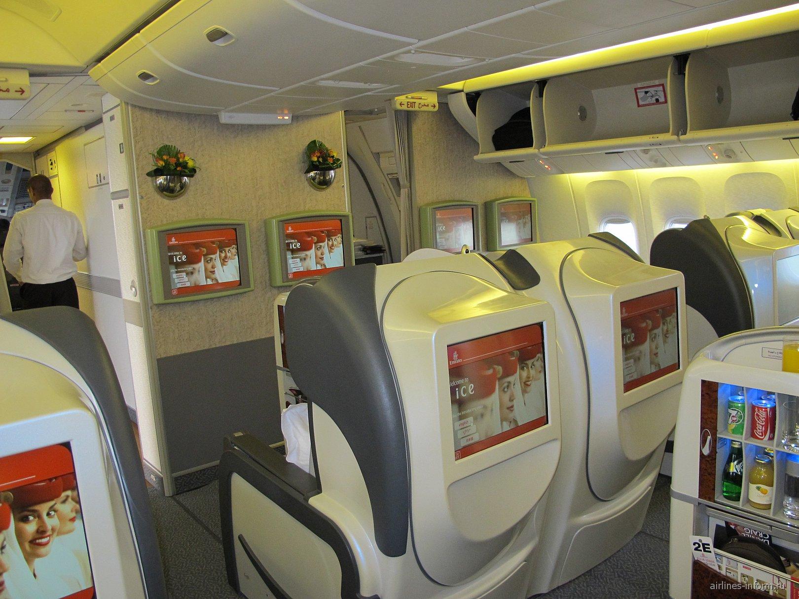 Салон первого класса в самолете Боинг-777-300 авиакомпании Emirates