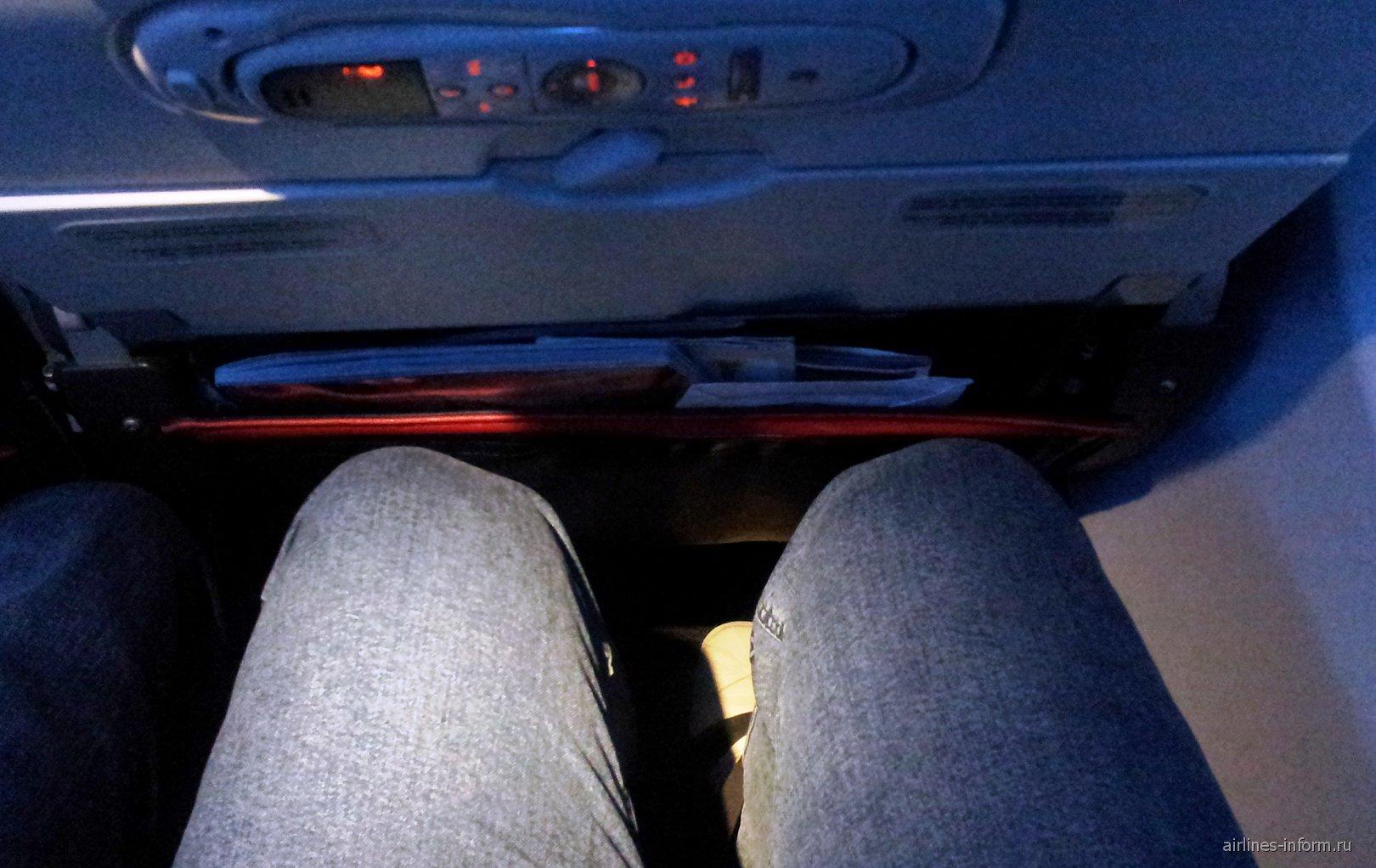 Место для ног в самолете Боинг-737-800 Турецких авиалиний