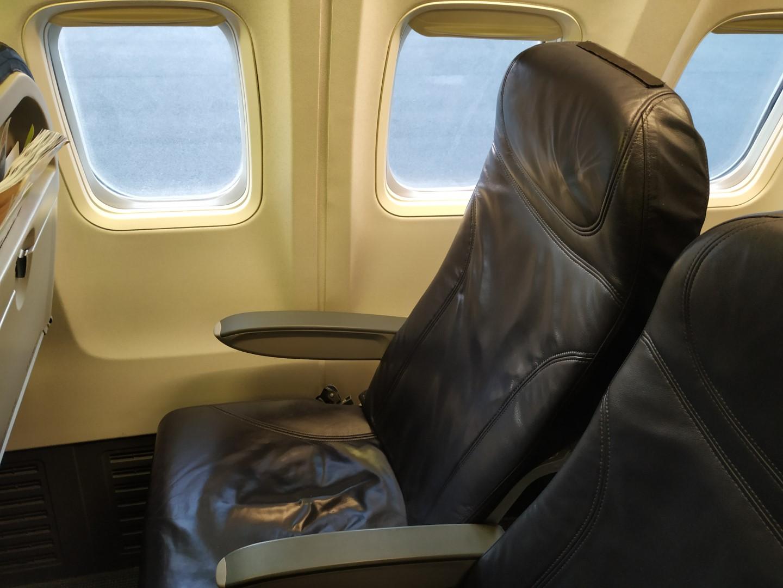 Место пассажира эконом-класса в Боинге-737-300 авиакомпании airBaltic