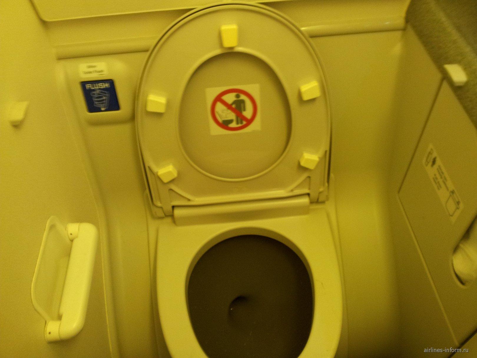 Туалет самолета Боинг-737-800 Турецких авиалиний