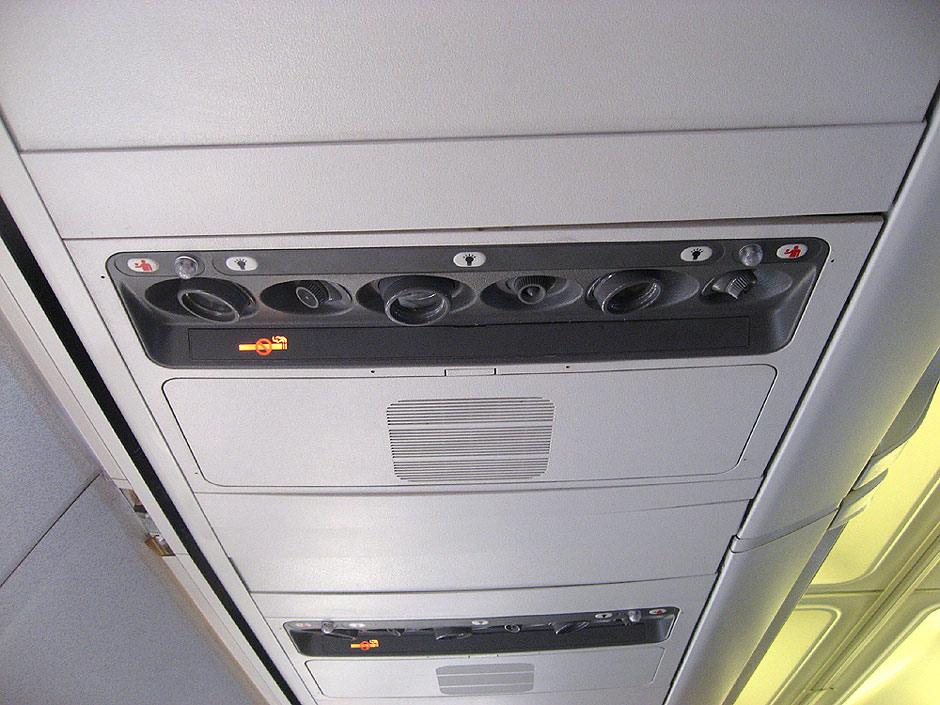 Панель над пассажирским креслом в самолете Боинг-737-300