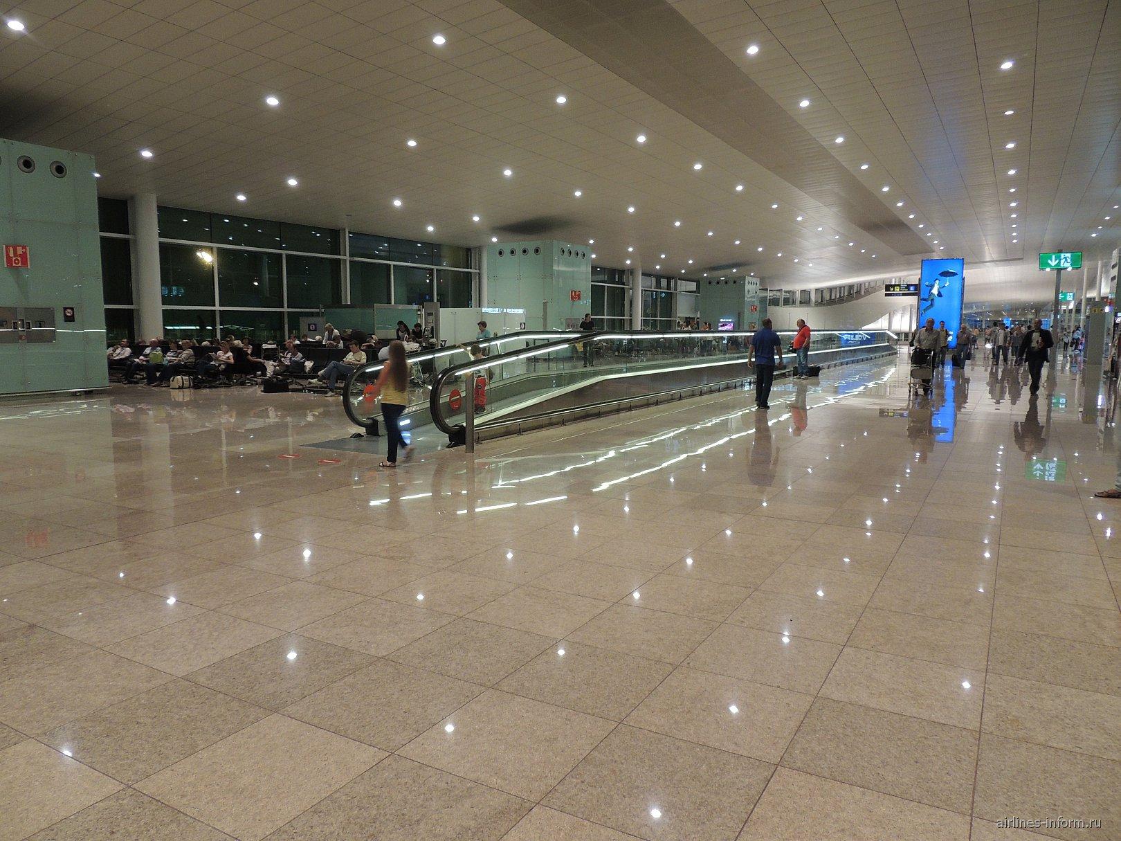 В чистой зоне терминала 1 аэропорта Барселоны