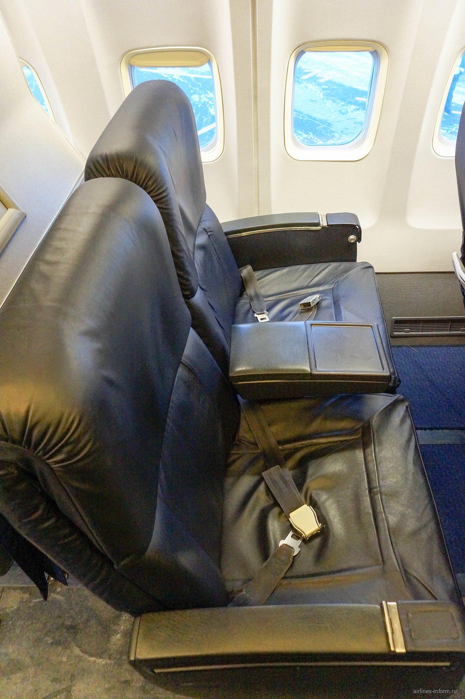 """Кресла бизнес-класса в самолете Боинг-737-500 авиакомпании """"Белавиа"""""""