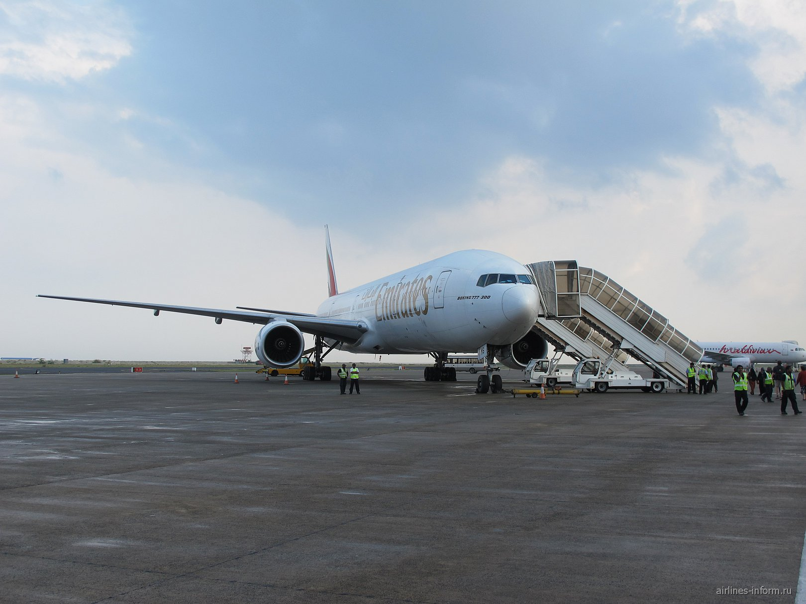 Boeing 777-300 авиакомпании Emirates в аэропорту Мале