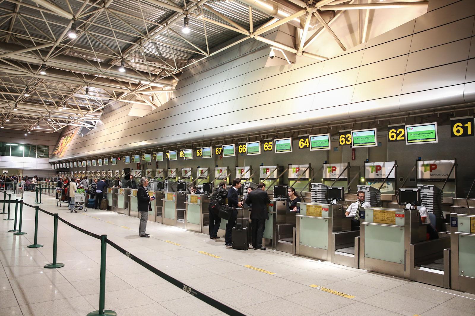 Стойки регистрации в терминале 1 аэропорта Лиссабон Портела