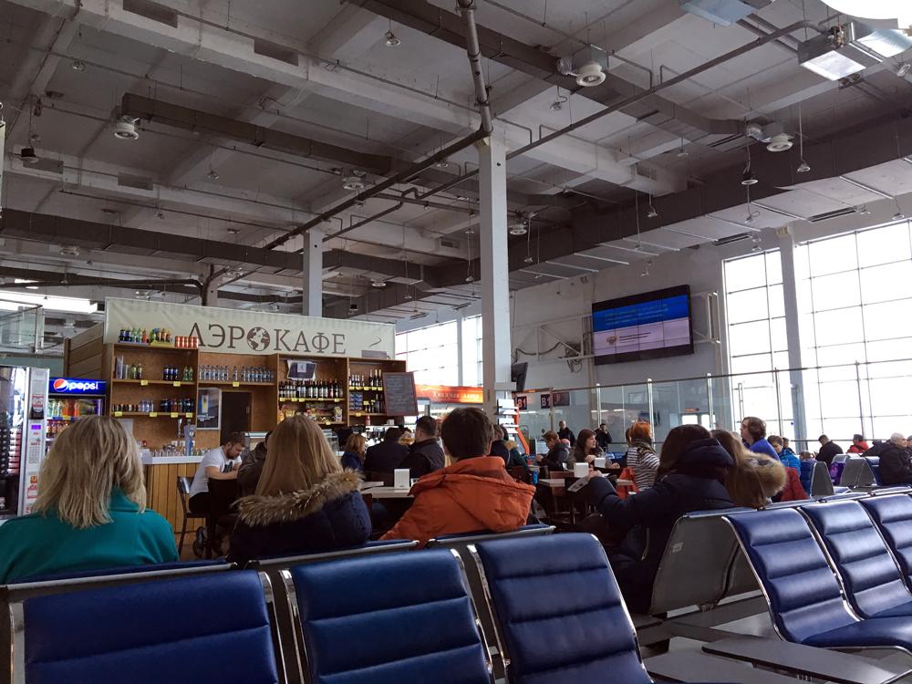 Зал ожидания в чистой зоне внутренних вылетов в аэропорту Храброво