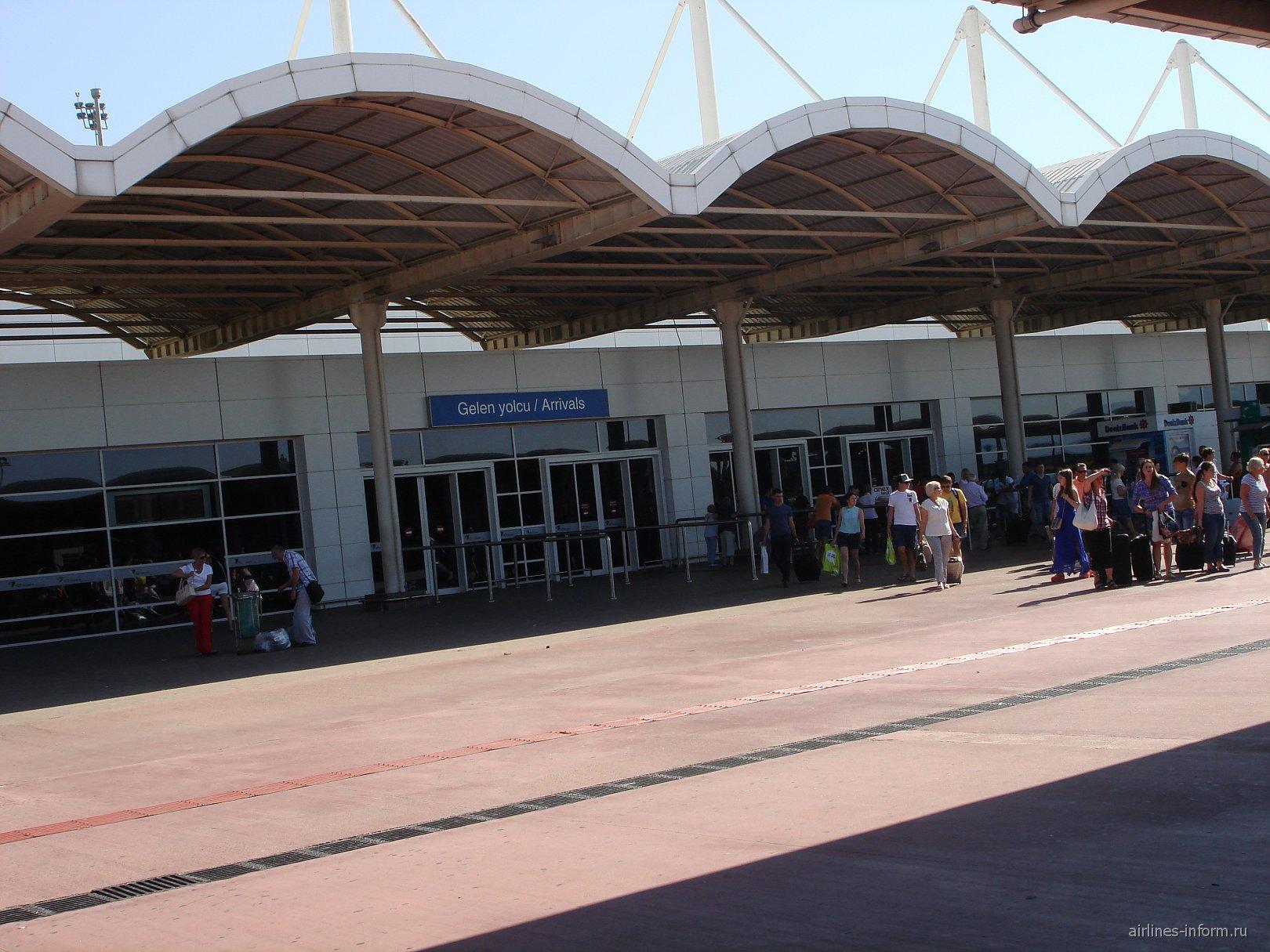 Выход из зоны прилета Терминала 2 аэропорта Анталья