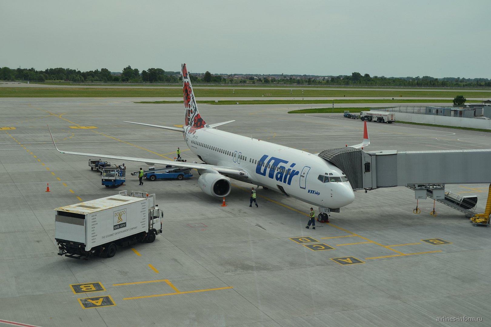 Боинг-737-800 авиакомпании UTair Ukraine в аэропорту Борисполь