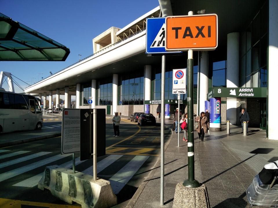 На выходе из пассажирского терминала аэропорта Милан Мальпенса