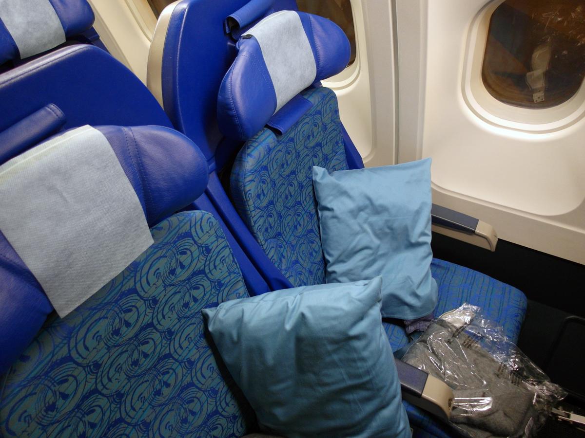 Кресло экономического класса в самолете Airbus A340-300 авиакомпании Cathay Pacific