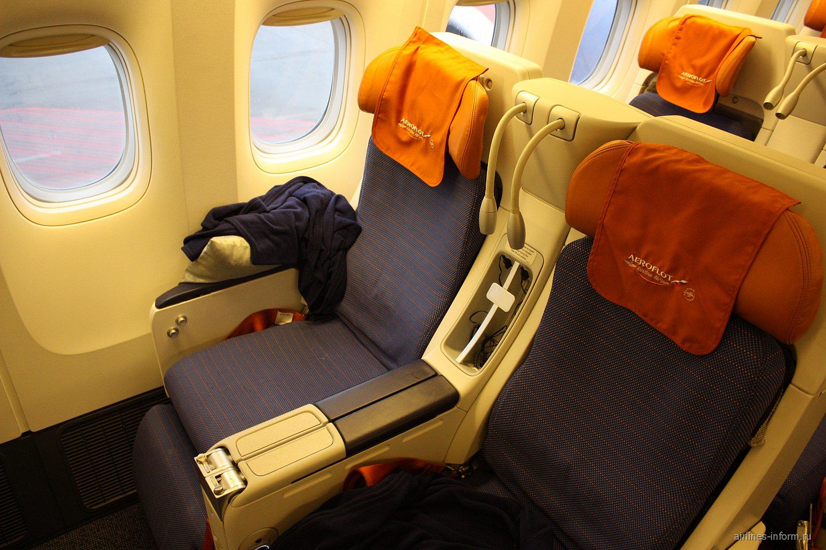 Кресла комфорт-класса в самолете Боинг-777-300 Аэрофлота